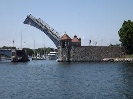 drawbridge-image of armandoone on pixabay